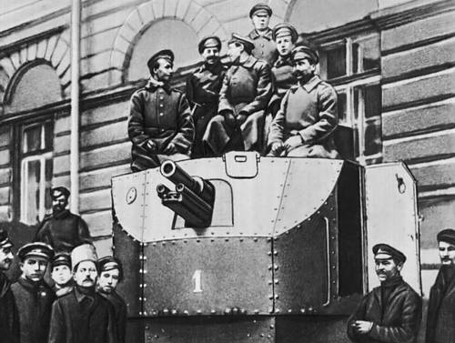 Солдаты автобронедивизиона во дворе Смольного. Петроград. Октябрь 1917.