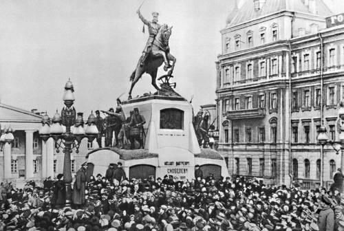 Митинг на Скобелевской площади (ныне Советская) в дни Февральской революции. Москва. 1917.