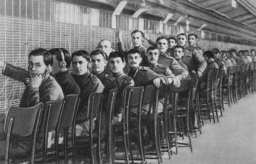 Военные телефонисты Центральной телефонной станции после её занятия. 25 октября 1917.