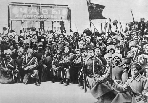 Революционные солдаты на Литейном проспекте в дни Февральской революции. Петроград. 1917.