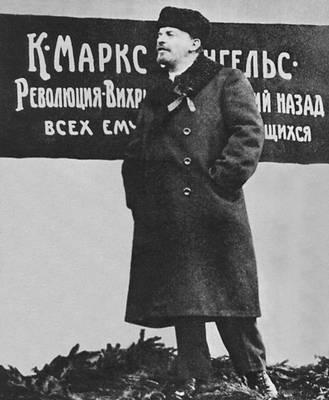 В. И. Ленин произносит речь на открытии временного памятника К. Марксу и Ф. Энгельсу на Воскресенской площади (ныне площадь Революции) 7 ноября 1918. Москва.