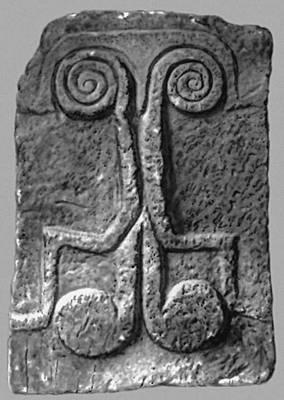 Рельеф с символическим изображением из Кастеллуччо (Сицилия). Известняк. Ок. 1800—1400 до н. э. Национальный археологический музей. Сиракузы.