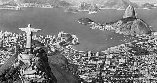 Бразилия. Рио-де-Жанейро. Общий вид города. Справа — гора Пан-ди-Асукар («Сахарная голова»). Слева, на переднем плане — холм Корковаду со статуей Христа (1931, французский скульптор П. Ландовски).
