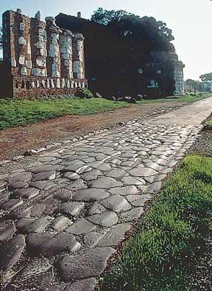 АППИЕВА ДОРОГА (312-244 до н.э.) между Римом и Бриндизием.
