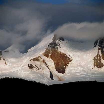 ВЕРШИНЫ АНД, окруженные ледниками, в национальном парке Лос-Гласьерес (Патагония, Аргентина).