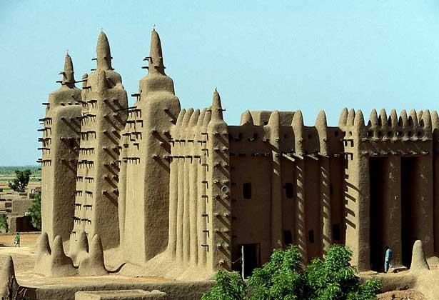 МЕЧЕТЬ в городе Дженне в центральном Мали - место религиозных и политических собраний.