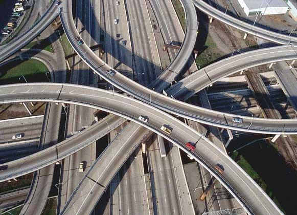 РАЗВЯЗКИ АВТОМАГИСТРАЛЕЙ, типичные для современного дорожного строительства.