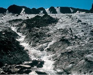 Таяние льда и сток талых вод. Ледник Шунгульдук, Угамский хребет, Западный Тянь-Шань