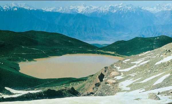 Озеро Кызылкуль на склоне хребта Петра Первого. Западный Памир