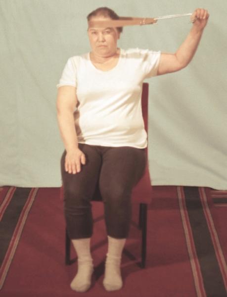 Рис. 14г). Физические упражнения при остеохондрозе, направленные на укрепление мышц шеи: удержание головы в течение 5—7 секунд при попытке отклонить ее в сторону с помощью лямки
