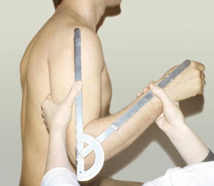 Рис. 6а). Измерение амплитуды движений в локтевом суставе: с помощью гониометра, одна бранша которого расположена по оси плеча, а другая ориентирована вдоль предплечья на <a href=