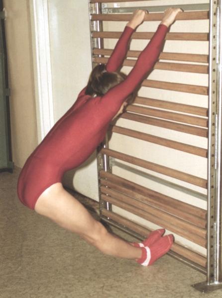 Рис. 12б). Физические упражнения при остеохондрозе, направленные на вытяжение позвоночника: упражнения у гимнастической стенки