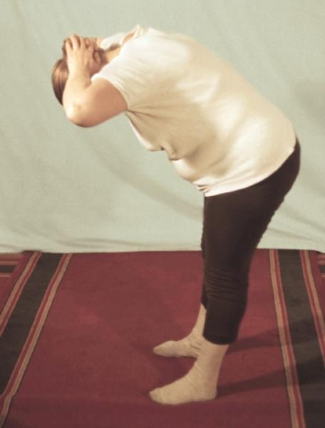 Рис. 14е). Физические упражнения при остеохондрозе, направленные на укрепление мышц шеи: наклон туловища вперед с одновременным надавливанием в течение 5—7 секунд рук, собранных в замок, на затылочную область