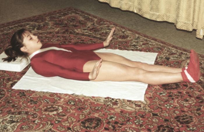 Рис. 15к). Физические упражнения при остеохондрозе, направленные на укрепление мышц спины и живота: удержание на весу прямых ног, головы и рук