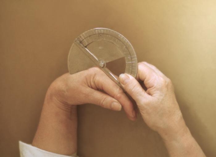 Рис. 4. Измерение амплитуды движений в мелких суставах кисти с помощью дискового угломера
