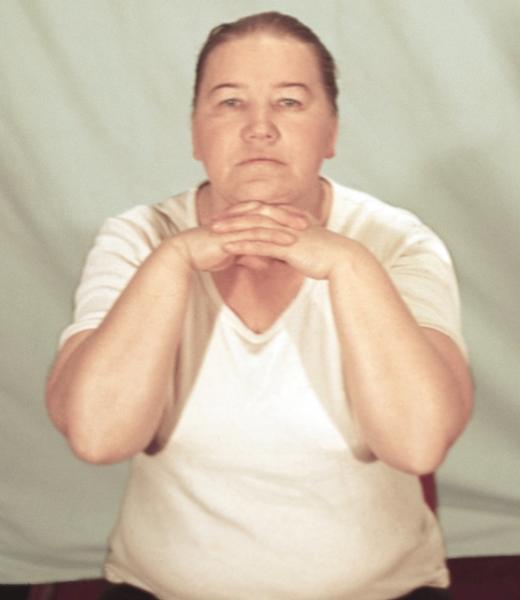Рис. 14в). Физические упражнения при остеохондрозе, направленные на укрепление мышц шеи: надавливание подбородком в течение 5—7 секунд на собранные в замок руки