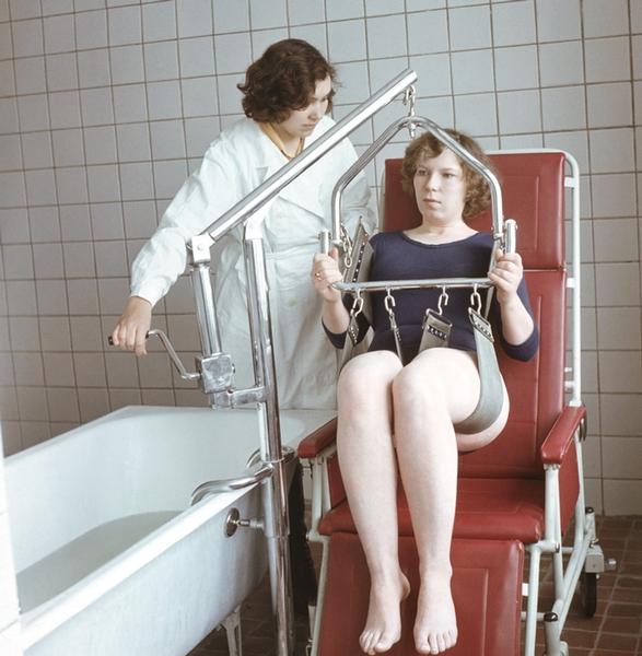 Рис. 6. Подъемник для перемещения больного в ванну