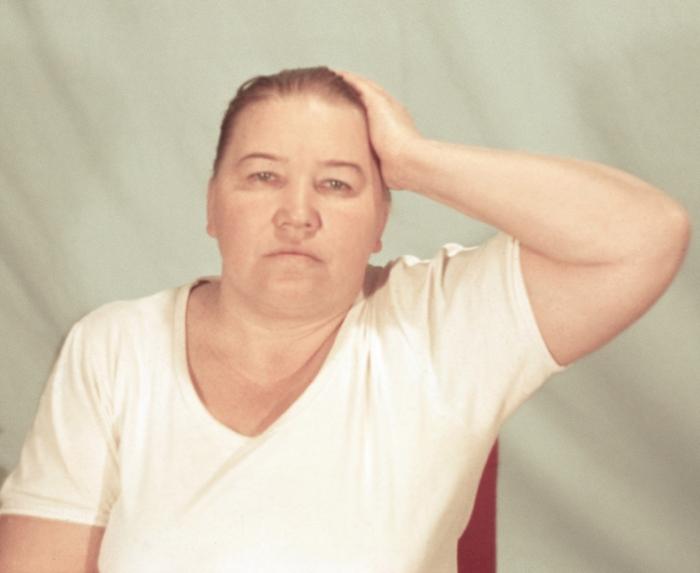 Рис. 14б). Физические упражнения при остеохондрозе, направленные на укрепление мышц шеи: поочередное надавливание в течение 5—7 секунд височной областью на руку