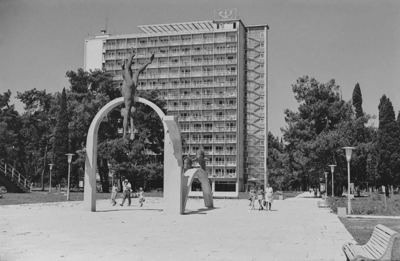 П. В. Посохин и др. Курортный комплекс в Пицунде. 1959 - 1967.