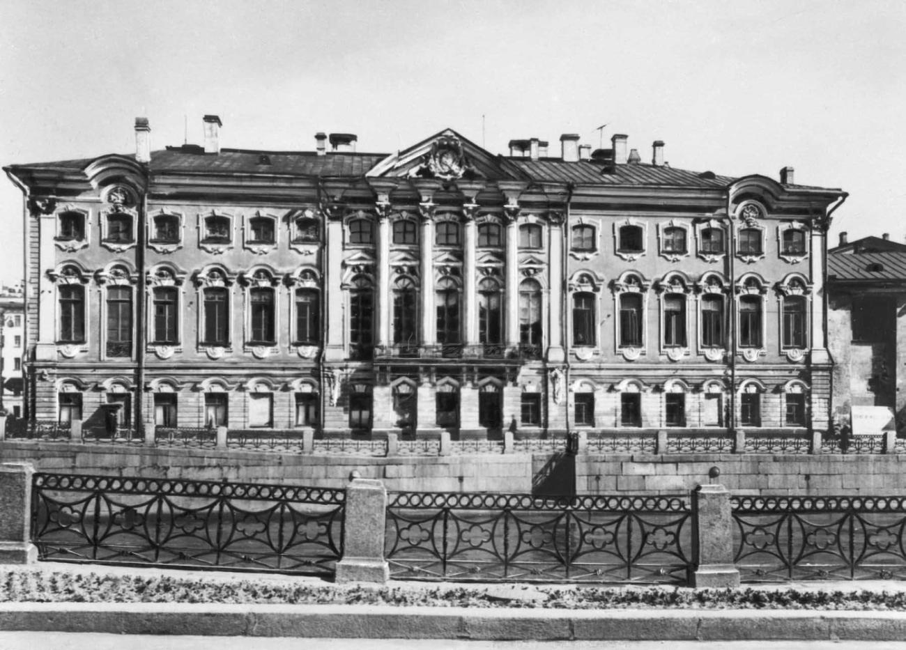 Бывший дворец С. Г. Строганова. 1752 - 1754. Архитектор В. В. Растрелли. Вид с набережной Мойки.