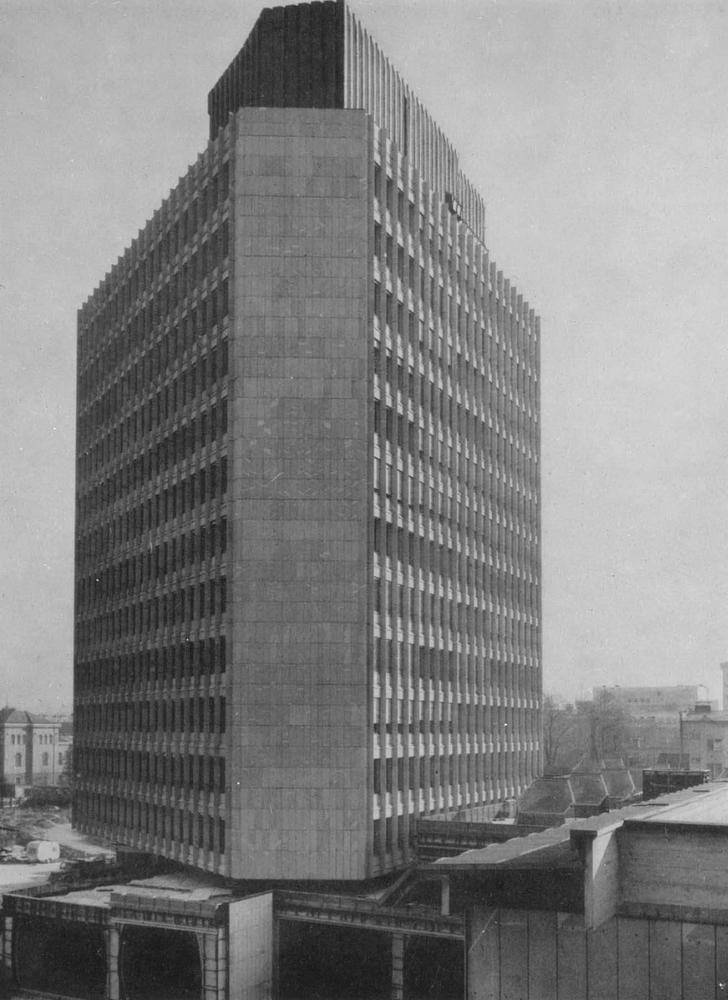 Дом на площади Революции. 1963 - 1975. Архитектор Э. Равникар.