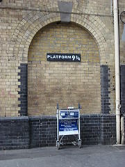 http://dic.academic.ru/pictures/wiki/files/49/180px-harry_potter_platform_kings_cross.jpg