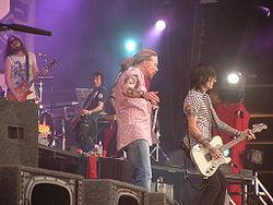 Guns N' Roses в 2006. Справа налево: Робин Финк, Томми Стинсон, Эксл Роуз, Ричард Фортус