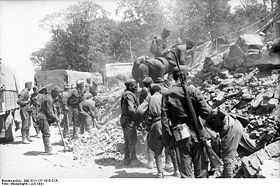Bundesarchiv Bild 101I-137-1010-21A, Weißrussland, Minsk, Aufräumungsarbeiten.jpg