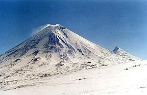 Ключевской . На дальнем плане - вулкан Камень.