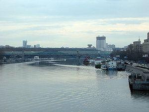 Вид с Крымского моста в Москве вверх по течению реки