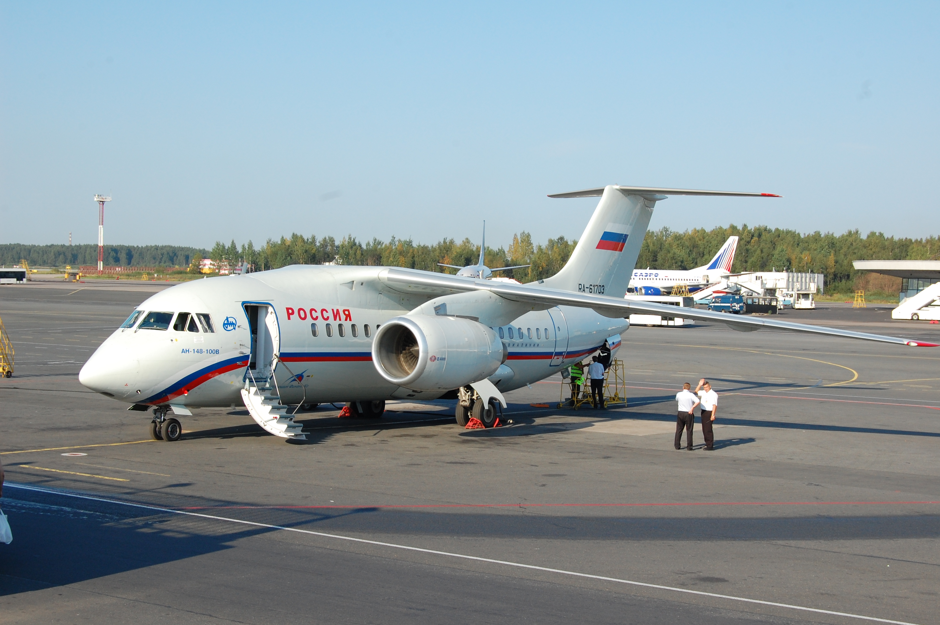 http://dic.academic.ru/pictures/wiki/files/65/AN-148-100B_(RA-61703)_at_Pulkovo_Airport_12Aug10.JPG