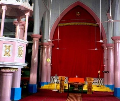 Интерьер сиро-малабарской церкви в Керале.