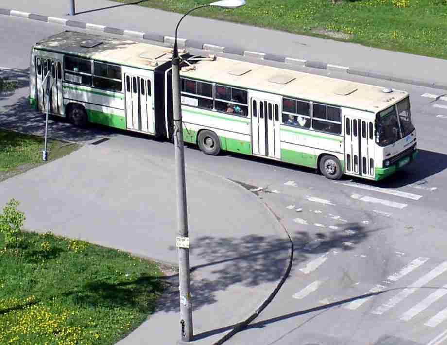 очередь обычно выстраивается длиннее автобуса..Ну час пик,а фиг ли.