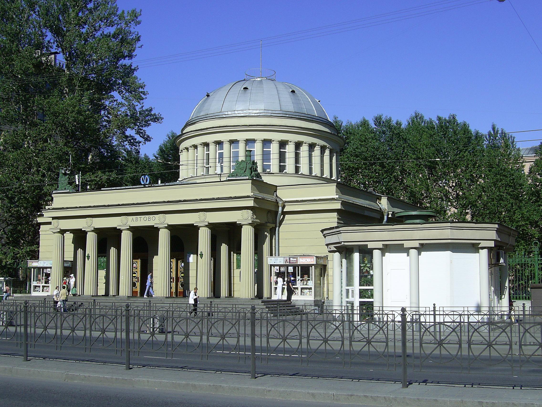 Наземный павильон станции выполнен по проекту архитекторов Е