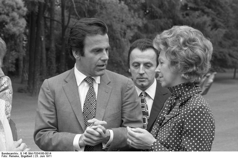 http://dic.academic.ru/pictures/wiki/files/66/Bundesarchiv_B_145_Bild-F034160-0014%2C_Bonn%2C_Bundeskanzler_Brandt_empf%C3%A4ngt_Schauspieler.jpg