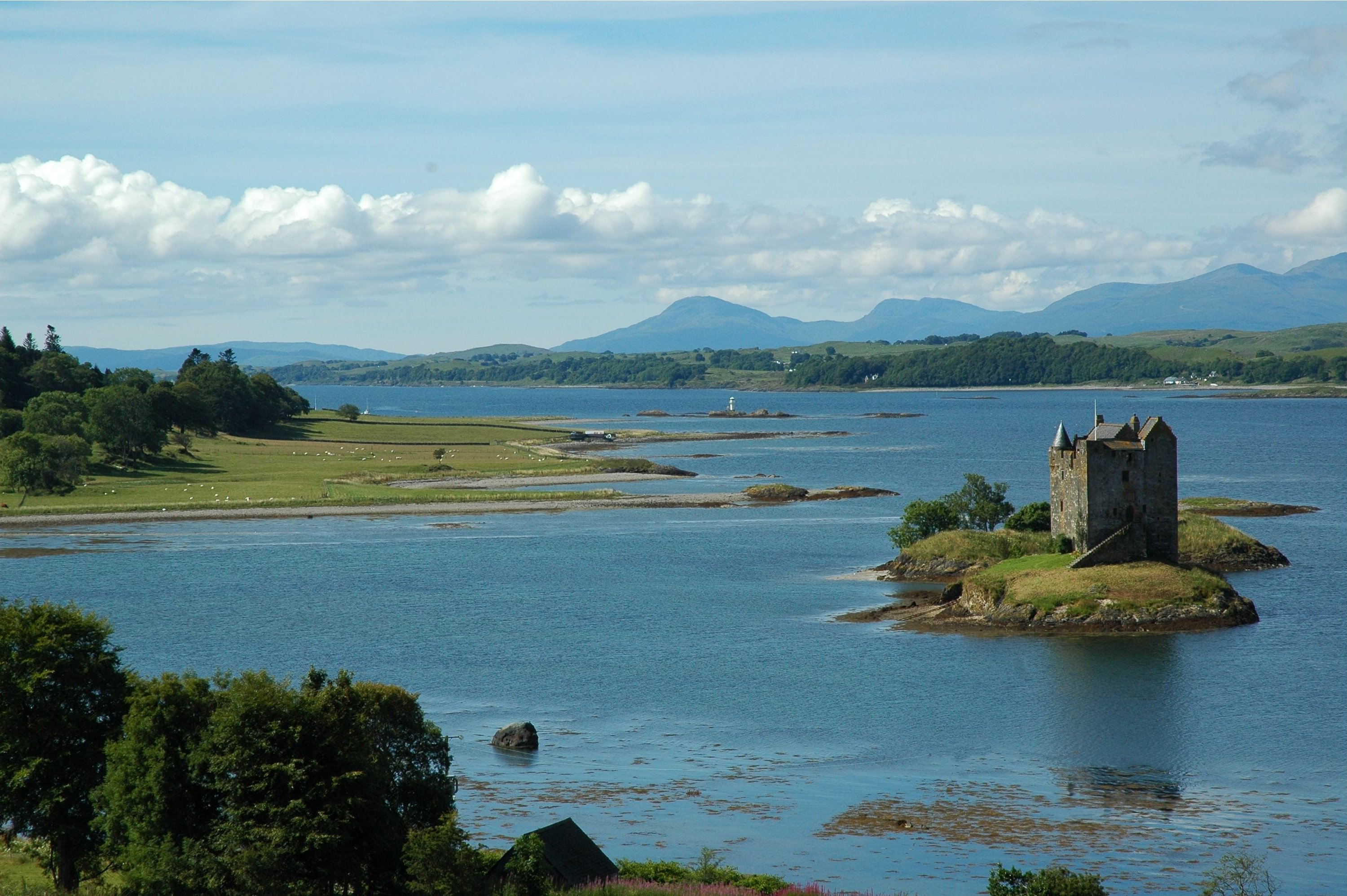 http://dic.academic.ru/pictures/wiki/files/67/Castle_Stalker_Scotland.jpg