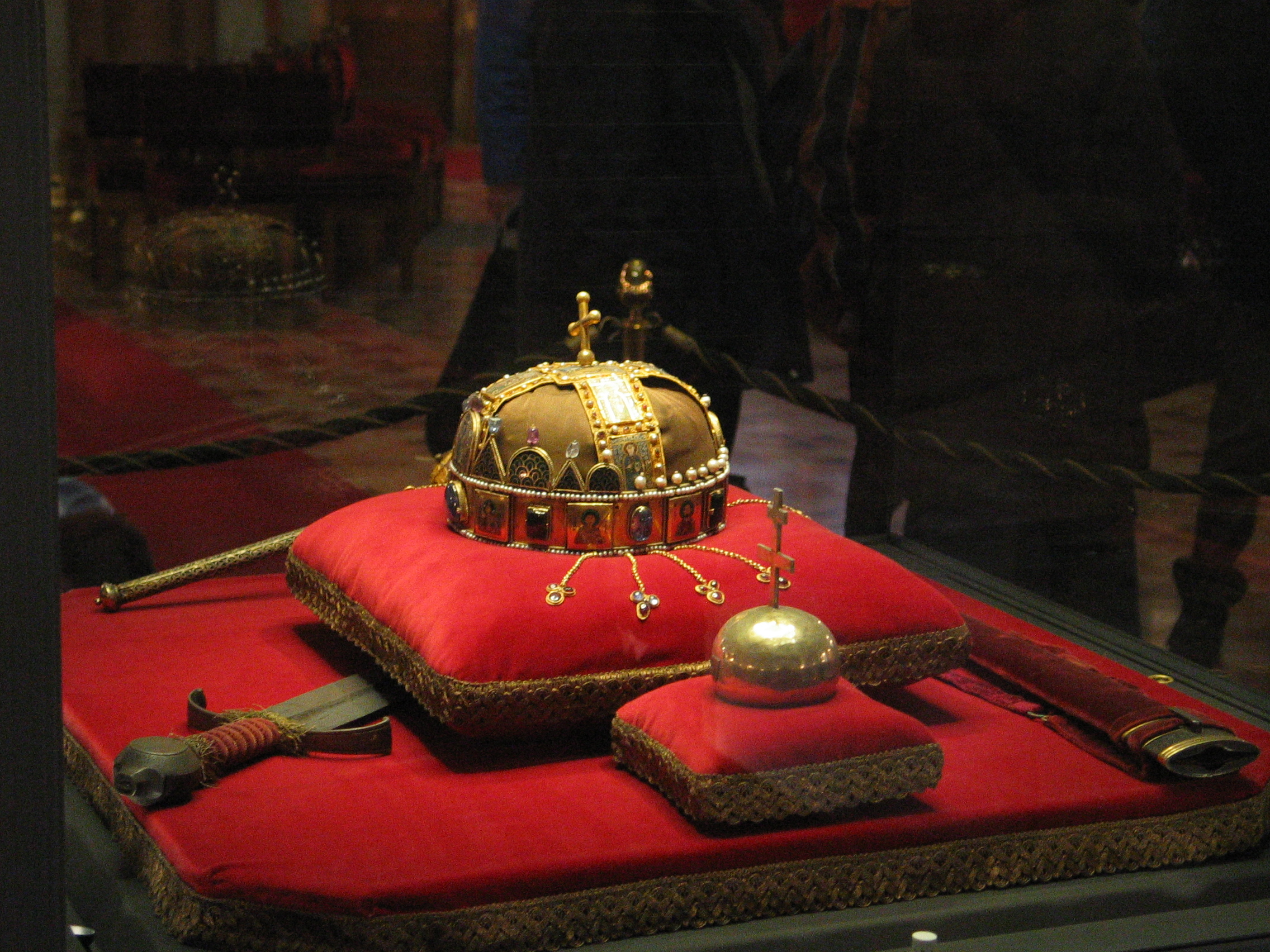 http://dic.academic.ru/pictures/wiki/files/67/Crown,_Sword_and_Globus_Cruciger_of_Hungary.jpg
