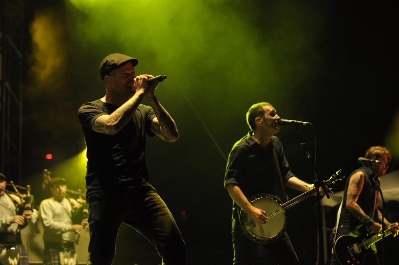 Pimpinela es un dúo musical argentino compuesto por los hermanos Lucía Galán y Joaquín Galán Pimpinela ha editado 24 discos por los que han recibido 95 discos