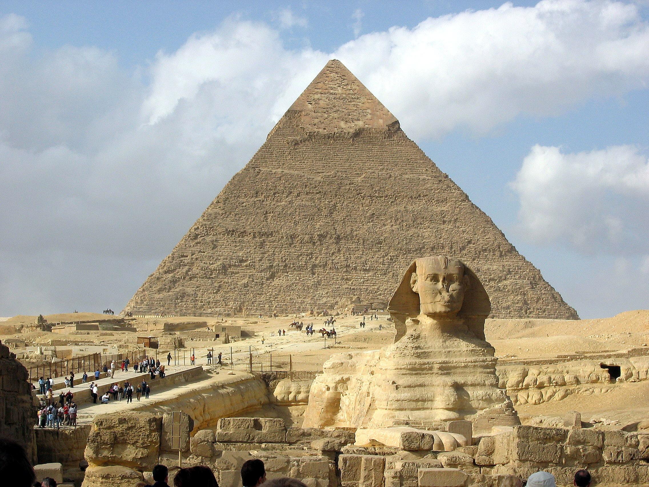 Сфинкс на фоне пирамиды хефрена