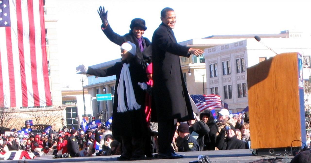 Обама с женой и дочерьми на помосте в