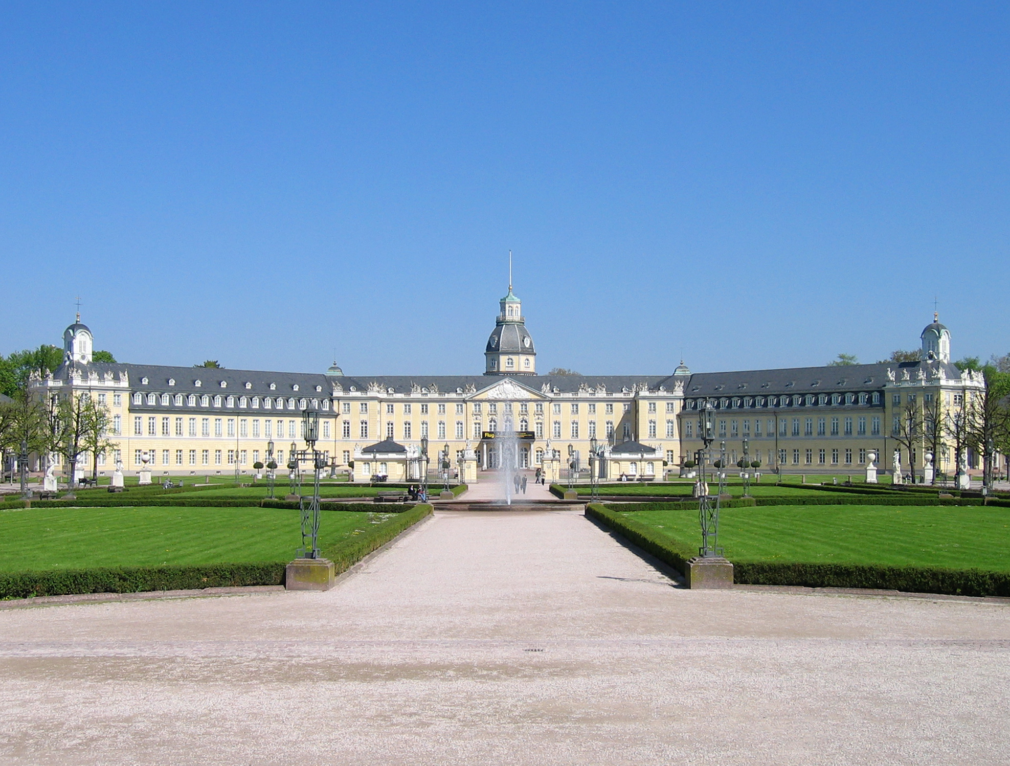 http://dic.academic.ru/pictures/wiki/files/75/Karlsruhe-Schloss-meph666-2005-Apr-22.jpg
