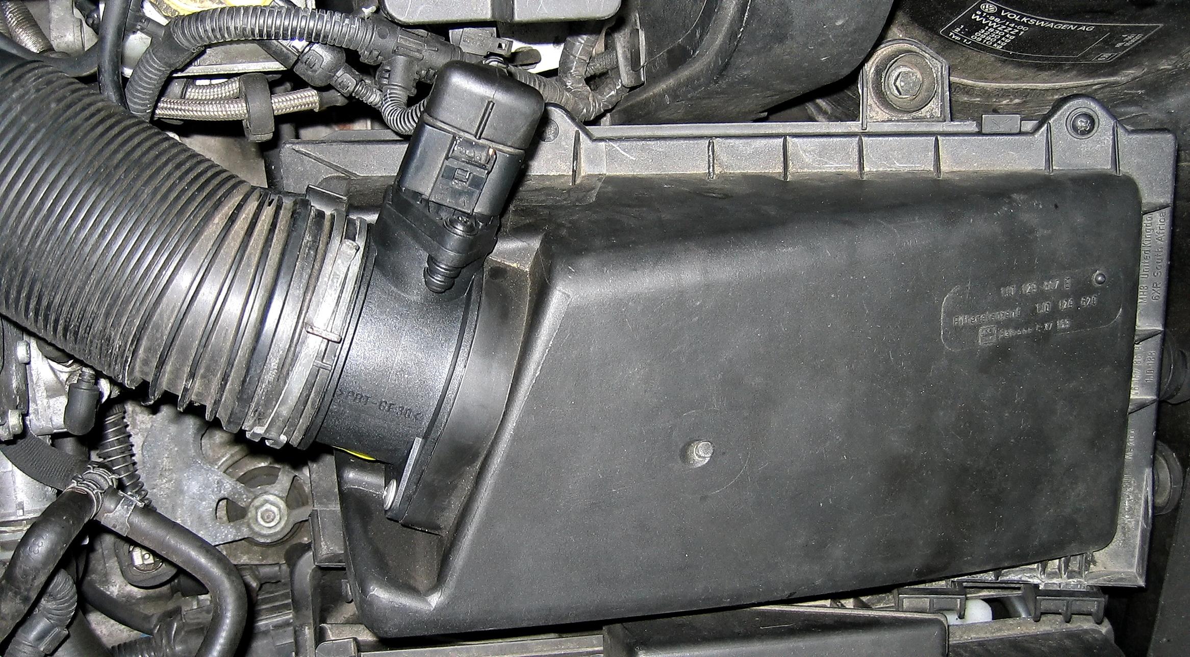 Luftmassenmesser_und_Luftfilterkasten_VW