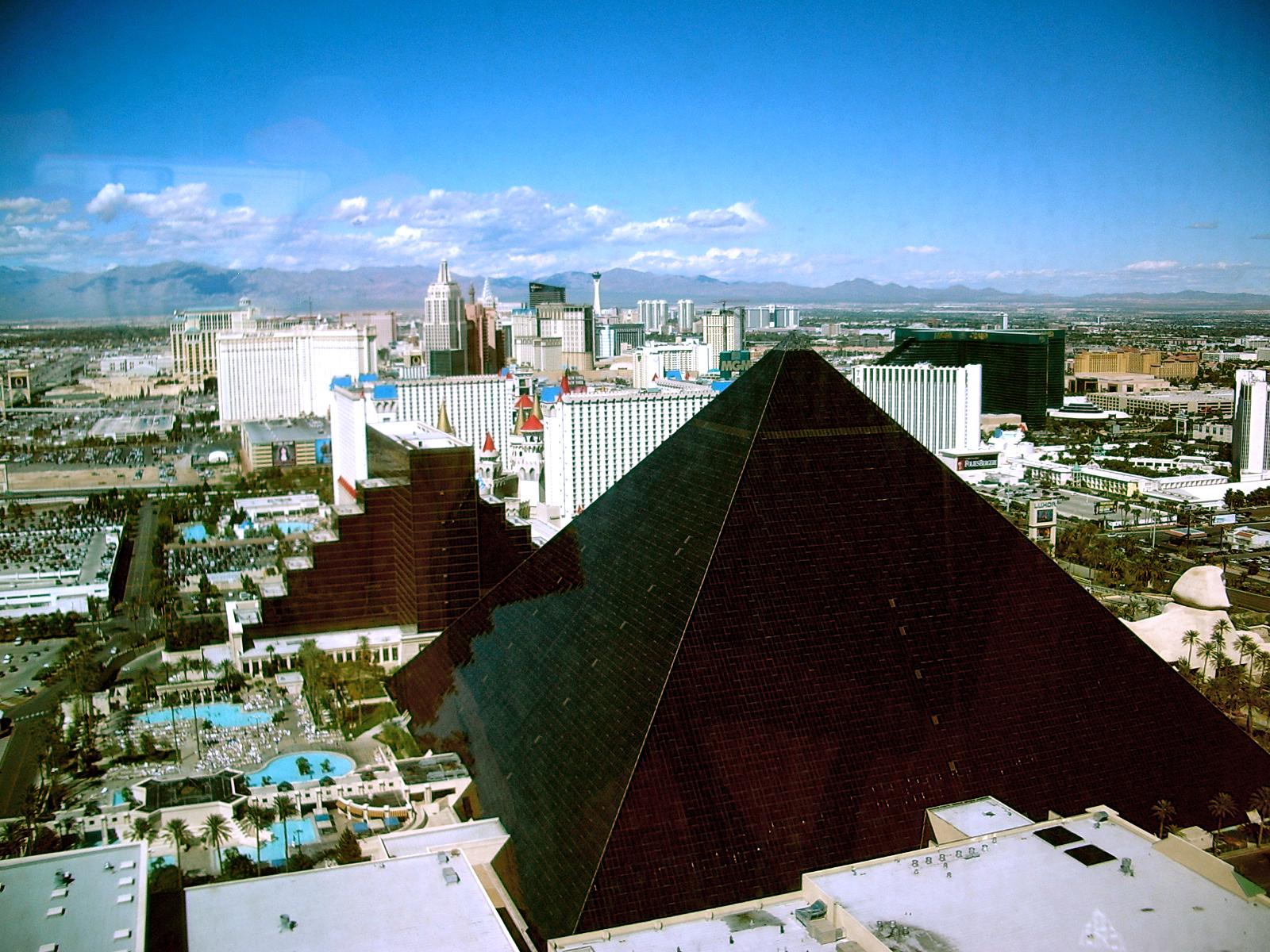 Пирамида (архитектура) - это... Что ...: dic.academic.ru/dic.nsf/ruwiki/297997