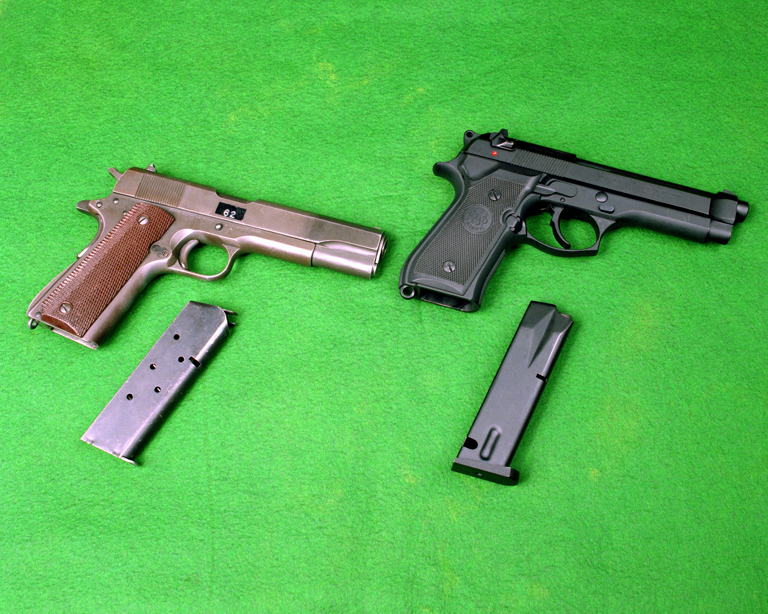 http://dic.academic.ru/pictures/wiki/files/77/M1911A1_and_M9_DA-SC-91-10188.jpg