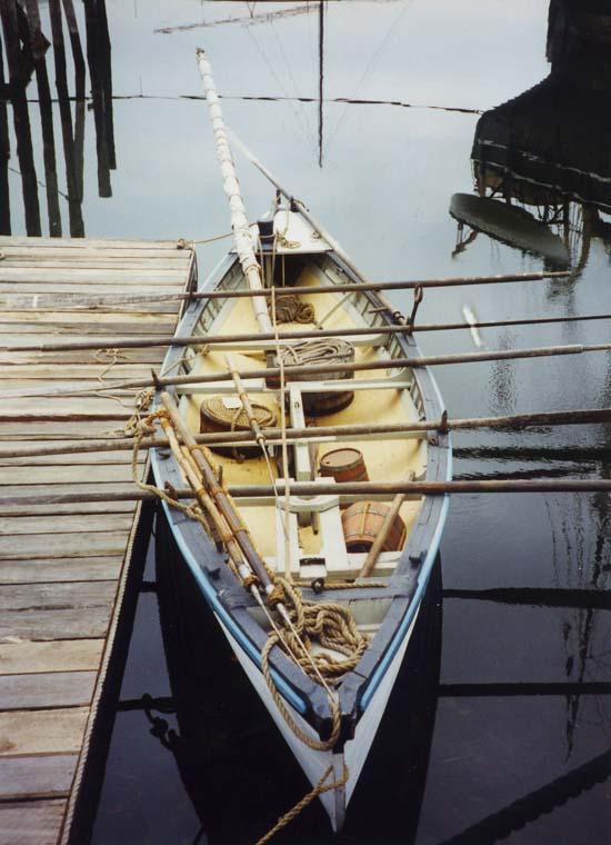 на противоположных концах лодки
