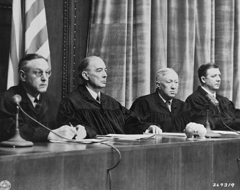 Судьи: слева направо: Харольд Л. Себринг, Уолтер Б. Билс, Джонсон Т. Кроуфорд, Виктор Свиринген