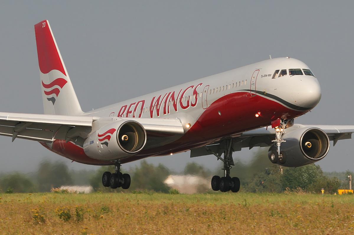 Ту-204 авиакомпании Red Wings должен был доставить 212 пассажиров из Сургута в Анталью...