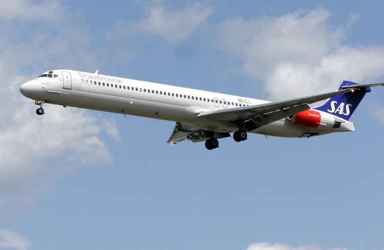 MD-82 а/к SAS в аэропорту