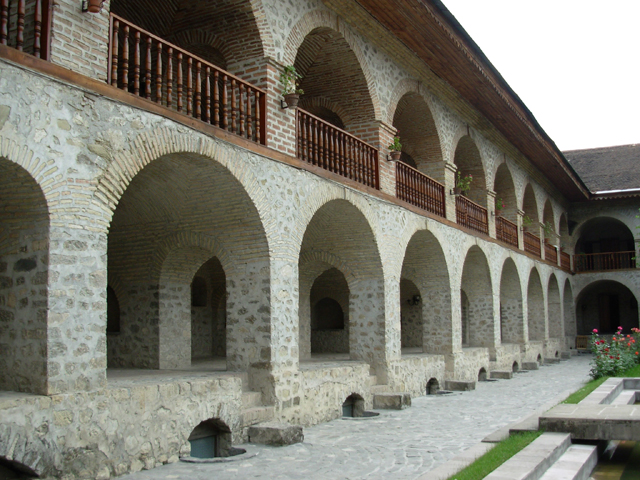 http://dic.academic.ru/pictures/wiki/files/83/Sheki_karvansaray_az.jpg