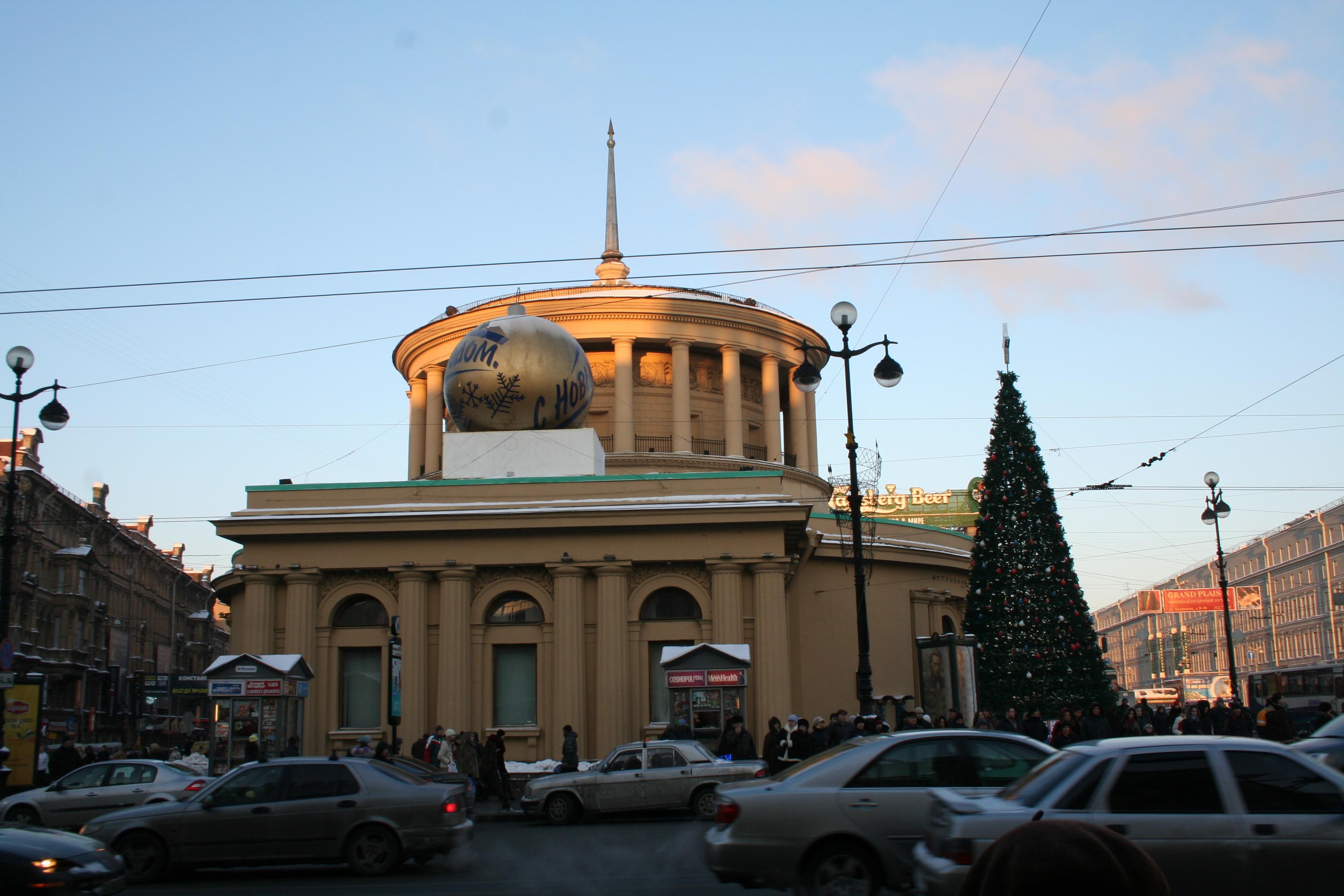 Наземный павильон станции выполнен по проекту архитекторов В